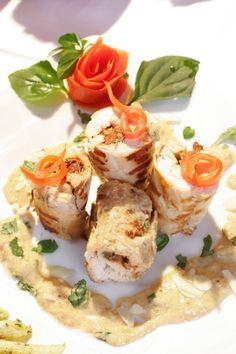 Rollos de pechugas de pollo en salsa de nueces
