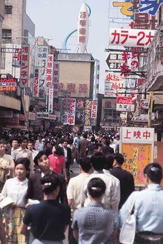 昭和45年当時の東京・浅草の映画興行街(1970年撮影) 【時事通信社】