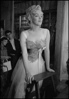 """Dennis Stock. USA. 1954. US actress Marilyn MONROE watching the shooting of """"Desiree"""" directed by Henry KOSTER."""