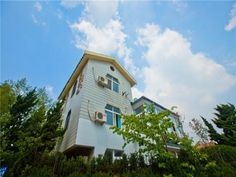 Qingdao QingDao Beach Villa China, Asia Ideally located in the prime touristic area of Laoshan, QingDao Beach Villa promises a relaxing and wonderful visit. The hotel offers a high standard of service and amenities to suit the individual needs of all travelers. Service-minded staff will welcome and guide you at the QingDao Beach Villa. Some of the well-appointed guestrooms feature television LCD/plasma screen, non smoking rooms, air conditioning, heating, wake-up service. The ...