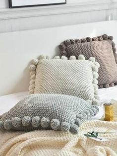 7 ideas and steps to make square crochet cushions - Crochet fabrics step by step - Stricken anleitungen,Stricken einfach,Stricken ideen,Stricken tiere,Stricken strickjacke Crochet Pillow Pattern, Knit Pillow, Crochet Fabric, Crochet Cushions, Crochet Home, Diy Pillows, Cushions On Sofa, Throw Pillows, Trendy Home Decor