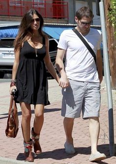 Sara carbonero e Iker Casillas street style Business Casual Dresses, Cheap Ray Ban Sunglasses, Cheap Fashion, Bohemian Style, Spring Outfits, Dress Skirt, Celebrity Style, Street Style, Stylish