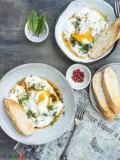 Przepis na Jajka po turecku z jourtem z czosnkiem, palonym masłem z chilli. Są genialne na weekendowe śniadanie, podane z grzankami. Nigella, Eat Breakfast, Eggs, Cooking, Ethnic Recipes, Chilli, Food, Tiles, Drink