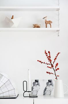 By picking a red and white theme, you will have the ability to choose decorations quickly and easily since they are commonly available in many shoppin. Christmas Living Rooms, Living Room Red, String Shelf, Modern Holiday Decor, White Christmas, Vegan Christmas, Christmas Time, Holiday Looks, Xmas Crafts
