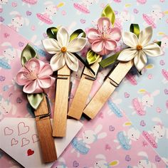 Facsipeszek, kanzashi virággal, mágnessel. Gift Wrapping, Band, Gifts, Accessories, Paper Wrapping, Wrapping Gifts, Bands, Gift Packaging, Favors
