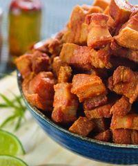 Prepare em casa os melhores petiscos de boteco do Brasil e do mundo Pork Ham, Chicharrones, Pork Rinds, Portuguese Recipes, Mini Foods, Best Appetizers, Grilling Recipes, Finger Foods, Low Carb Recipes