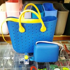 Cobalto y amarillo. Louis Vuitton Neverfull, Clock, Tote Bag, My Favorite Things, Pets, Leather, Shoes, Cobalt, Yellow