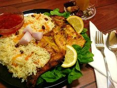 Recipe: The national dish of Saudi Arabia – Kabsa Fahm (Ruz Bukhari). There are many kinds of Kabsa and each kind is unique. The spices used in Kabsa varies depending on who you ask, so try some different variations to find Rice Side Dishes, Food Dishes, Israeli Food, Homemade Tomato Sauce, National Dish, Eastern Cuisine, Middle Eastern Recipes, International Recipes, Viajes