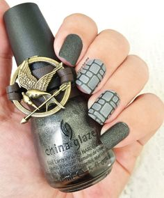 The Hunger Games Challenge District 2 : Masonry China Glaze - Stone Cold n°80617 Essie - Take it Outside Stamping plate Pueen n°57