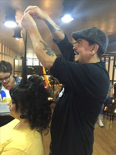 """O tema das fotos era """"circo"""" e nosso """"mestre de cerimônias"""" Rodrigo Lima não escondeu a alegria de criar com o cabelo da linda da @nanamouran ❤🎪 Editorial Le Cirque para @chicabolacha   Make da @ellasaldanha   cabelo do @chyuck ✂ #circus #circushair #chicabolacha #lecirque"""