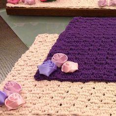 Service americain 2 couleurs. Fleurs demontables pour lavage. Crochet. handmade TinybyMJ Tel: 79-100224/5/6/7/8/9  WHAT'S UP 70365654   TinyExtravagance