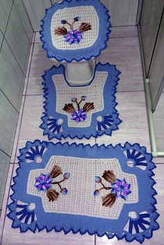 While working on some crochet projects suddenly an idea got stuck to my mind, and this idea was about the crochet bathroom set patterns. By the bathroom set I meant the traditional mats that are kept usually around and inside the bathroom that is mea Crochet Kitchen, Crochet Home, Crochet Crafts, Crochet Doilies, Crochet Projects, Knit Crochet, Crochet Ideas, Crochet Stitches Patterns, Stitch Patterns