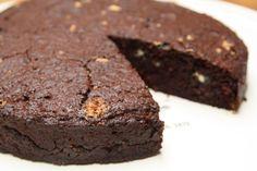 Gezonde taart met dadel, wortel en cacao.