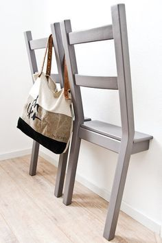 DIY: create wall-mounted valets with chairs - Trendy Home Decorations DIY: create wall-mounted valet Diy Room Decor, Bedroom Decor, Home Decor, Chaise Diy, Casa Milano, Creation Deco, Diy Chair, Trendy Home, Home And Deco