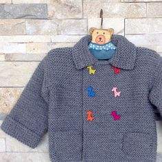 Lola y Lana Knitting For Kids, Baby Knitting Patterns, Baby Patterns, Baby Cardigan, Grey Sweater, Crochet Baby, Knit Crochet, Knitted Baby Clothes, Boys Sweaters