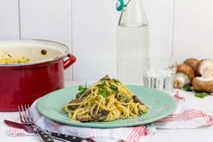 Recept voor spaghetti carbonara voor 4 personen. Met zout, olijfolie, peper, ei, spaghetti (pasta), champignon, peterselie, knoflook, geraspte kaas en doperwt