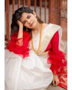 Beautiful Brocade Blouse transformed the plain saree look Sari Blouse Designs, Saree Blouse Patterns, Fancy Blouse Designs, Designer Blouse Patterns, Designer Saree Blouses, Kerala Saree Blouse, Bengali Saree, Saree Draping Styles, Saree Styles