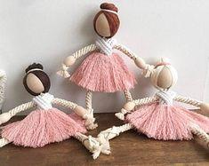 Macrame Art, Macrame Design, Macrame Projects, Macrame Knots, Doll Crafts, Diy Doll, Yarn Crafts, Diy Yarn Dolls, Yoga Dekor