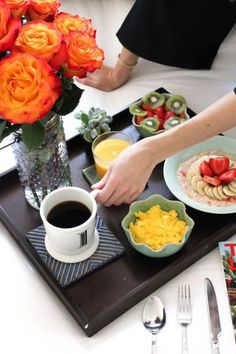 Bon petit-déjeuner au lit : Oatmeal and fruits