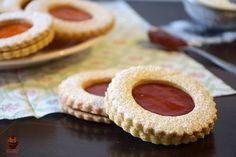 I biscotti occhio di bue sono una delle ricette classiche più apprezzate. Ripieni di marmellata, cioccolata o altro: a voi come piacciono di più?