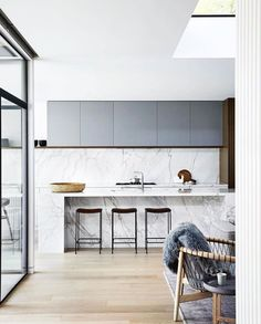 In desperate need of some love and care, this mid-century home in Melbourne's leafy east has a new lease of life. Mim Design connected spaces making the home light, bright and welcoming, while…. Modern Kitchen Backsplash, Cute Kitchen, Open Plan Kitchen, Modern Kitchen Design, Interior Design Kitchen, New Kitchen, Kitchen Dining, Backsplash Ideas, Backsplash Design