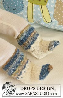 """DROPS Baby 19-4 - Settet består av: Strikket DROPS jakke med striper, lus og raglan og sokker i """"Fabel"""". Heklet DROPS fabeldyr i """"Fabel"""". Heklet DROPS smokkeholder i """"Fabel"""" og """"Merino Extra Fine"""". - Free pattern by DROPS Design"""