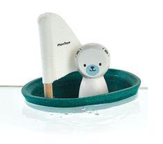Zijlboot met ijsbeer  Deze kleine zijlboot heeft al een lange reis achter de rug. De kapitein komt namelijk helemaal vanaf de Noordpool gevaren. De zijlboot kan echt varen en is dus ideaal voor in bad of buiten in het badje.  Afmetingen: 9 x 12 x 13 cm  Gemaakt van duurzaam geproduceerd hout en PlanWood.