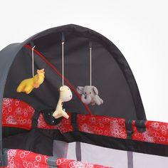 La practicuna incluye: Capota con 3 peluches y mosquitero, cambiador desmontable, barras mecedoras, organizador, dispositivo electrónico con 8 melodías, vibración y luces de colores, bolso para transportar, doble altura para usarla como cuna y corralito, bolsillo para guardar juguetes, y ruedas con frenos, en tela 210D de excelente calidad que soporta hasta 20 kg. en sus dos niveles. También trae entrada para juguetes con cierre. La medida es de 110 cm x 75 cm y tiene un alto de 84cm.
