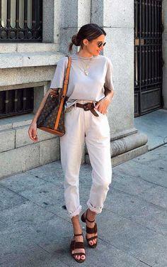 #GuitaModa. T-shirt cinza, calça bege, cinto marrom, sandália de tiras