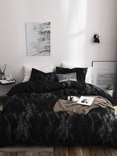 Do not believe that black could give you an inviting bedroom? Here we show you the idea of a black bedroom in Inviting Black Bedroom Ideas To Set Your Right Mood Every Time. Black Bedroom Design, Black Bedroom Decor, Room Ideas Bedroom, Home Bedroom, Modern Bedroom, Master Bedroom, Black Bedrooms, Contemporary Bedroom, Girls Bedroom