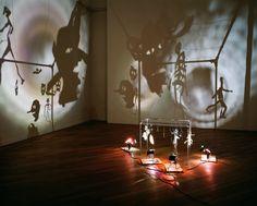 Les Ombres de Christian Boltanski, 1984, figurines en carton, papier, laiton, fil de fer, projecteurs et ventilateur.