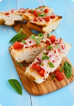 Bruschettas, con mozzarella y tomate