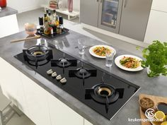 Een kookplaat hoeft tegenwoordig niet per se 60 cm diep te zijn zoals dit horizontale model dat (slechts!) 41 cm diep is. De kookzones liggen naast elkaar zodat je niet meer over ander pannen hoeft te hangen om bij de achterste te komen. Handig!