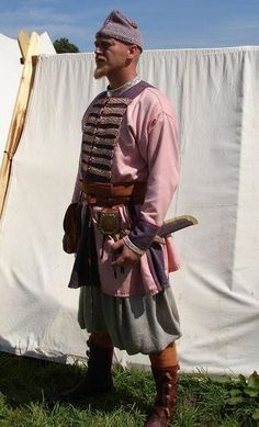 Mostly interested in the boots but the kaftan's construction is nice as well Viking Men, Viking Life, Viking Warrior, Viking Reenactment, Medieval Costume, Medieval Armor, Viking Clothing, Historical Clothing, Historical Costume