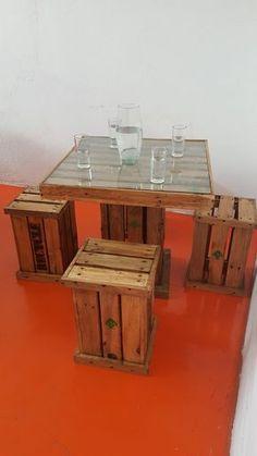 mesa minimalista, pallets, vintage con 4 bancos