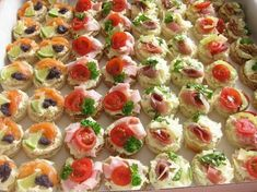 slané chuťovky - kolekce-je tam i sladké salty appetizers for wine Holiday Party Appetizers, Snacks Für Party, Tapas, Healthy Dessert Recipes, Appetizer Recipes, Toast Noel, Food Carving, Czech Recipes, Food Garnishes
