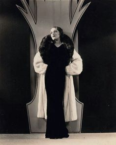 The roaring twenties was a time of prosperity and elegance for many. The evening dresses reflected the fact that people had money. In the photo is Bebe Daniels dressed in a beautiful evening gown by Jean Lavin. Hollywood Fashion, Hollywood Glamour, Classic Hollywood, Hollywood Actresses, 1920s Evening Dress, Beautiful Evening Gowns, Evening Dresses, Roaring Twenties, The Twenties