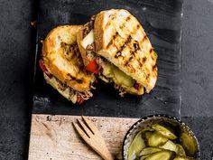Cubansk ostesmørbrød med Sveitser, pulled pork og sylteagurk | Oppskrift | Meny.no