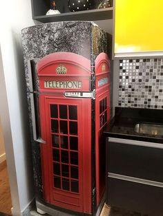 Envelopamento de geladeira com Cabine Telefônica para decoração de cozinha