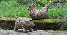 Dekorative Tierfiguren aus Heu wie Huhn und Schweinchen sind kinderleicht nachzubasteln. Ihr würziger Duft erinnert an frisch gemähte Sommerwiesen.