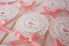 "Pirulitos ""Passarinho"" com papel rendado Baby Shower Deco, Diy And Crafts, Crafts For Kids, Chocolate Wrapping, Bird Party, Baby Shawer, Ballerina Party, Bird Theme, Baby Gifts"