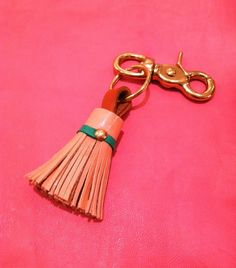 Little Green Notebook's DIY Leather Tassle Keychain - click on the pic to see more of our Top 5 DIY Keychains