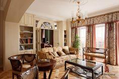 Дизайн интерьера светлой квартиры в классике | Объединив гостиную и столовую, авторы зонируют эти пространства с помощью арки. По желанию хозяйки мебель в гостиной зоне подобрана легкая, пригодная к частым перестановкам. Арка, порталы, двери и встроенные шкафы выполнены по авторским эскизам, поставщик и производитель «ОРЕХ-СП»