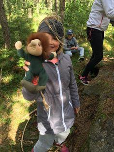 100 tapaa touhuta metsässä   Oletko joskus ajatellut, että veisin kyllä oppilaat metsään, mutta mitä ihmettä me siellä tehdään?  Kirjoittel...