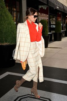 Victoria Beckham's Wild Pattern Mixing Is Honestly Out of this World - Victoria Beckham's Fall Street Style Outfits Are Seriously Iconic Victoria Beckham Outfits, Victoria Beckham Stil, Victoria Beckham Fashion, Viktoria Beckham, London Fashion Weeks, Fall Fashion Outfits, Autumn Fashion, Women's Fashion, Fashion Styles