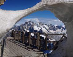 Les aiguilles de chamonix depuis une terrasse au sommet de l'aiguille du midi   Summits of the alps from a terrace a the top of aiguille du midi