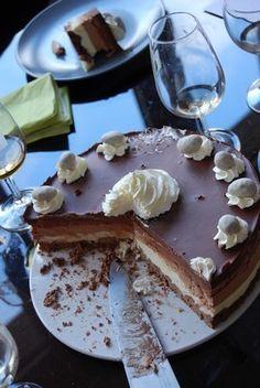 En realidad no será nuestra mona de este año pero pensé que el mejor momento para publicar una tarta con taaaaaaaanto chocolate era hoy :o) En realidad fue la tarta que me pidió Polyanna para celebrar en febrero su cumpleaños con mis suegros. Quería todos...