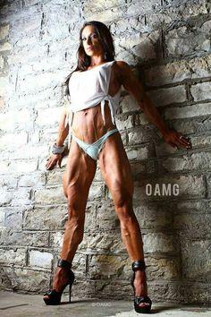 Fitnessmodel zeigt durchtrainierte Beine