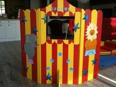 Pourquoi pas créer un petit théâtre pour marionnettes pour que les enfants s'amusent (ou les grands d'ailleurs!) trois planches et un peu de peinture et le tour est joué!