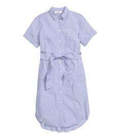 Sininen/Raidallinen. Kapearaidallinen paitamekko ilmavaa puuvillakangasta. Kaulus ja napit edessä. Yksi rintatasku ja vyötärölle solmittava vyö. Lyhyissä